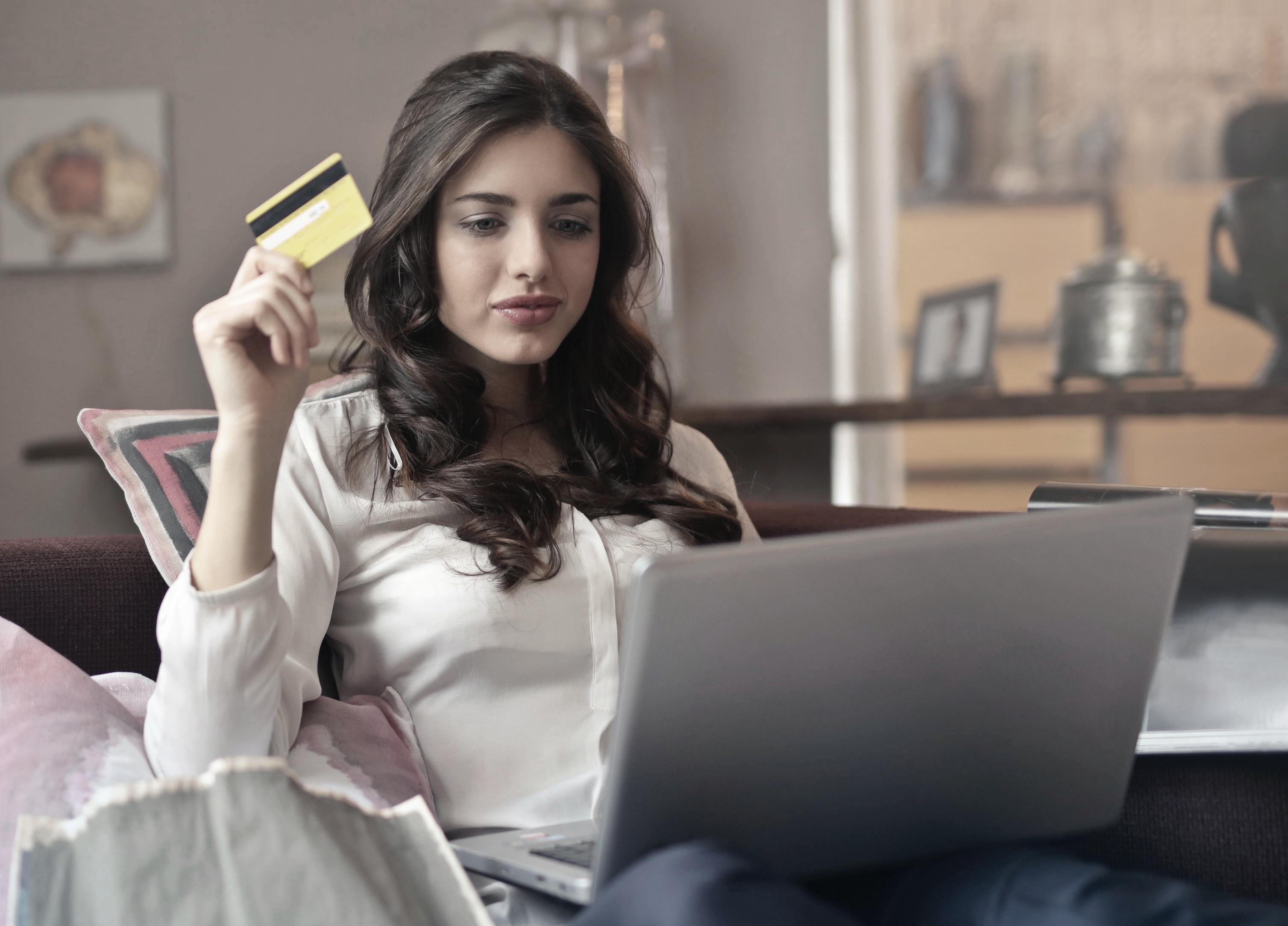 De unge shopper mest og online på Black Friday